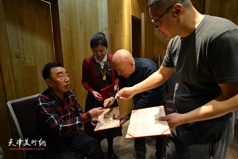 见证人柳春水在拜师证书上签名。