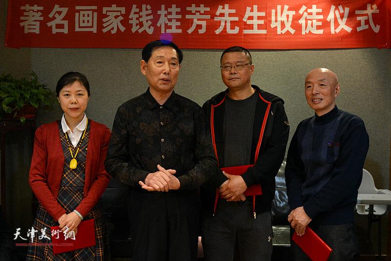 钱桂芳先生勉励三位新弟子做好人、学好画。