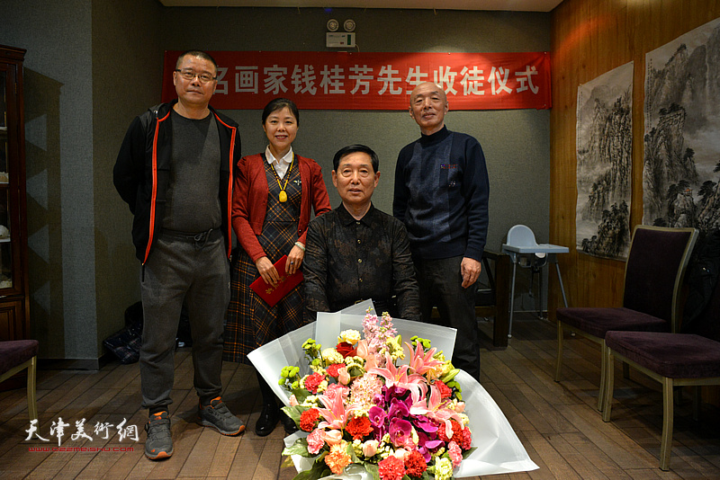 钱桂芳先生与三位新弟子王莘、陈莉、孙长文在拜师收徒仪式现场。