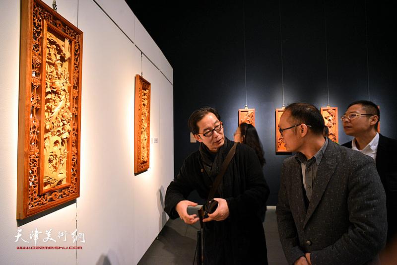 侯小锋、王爱君在展览现场观看展品。