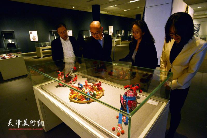 马驰、卢永琇、范茗、李颖在展览现场观看展品。