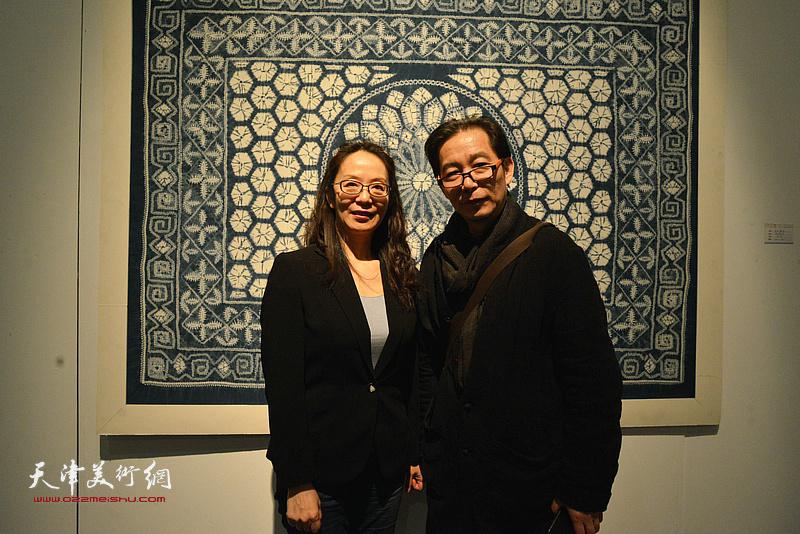 王爱君、卢永琇在展览现场。