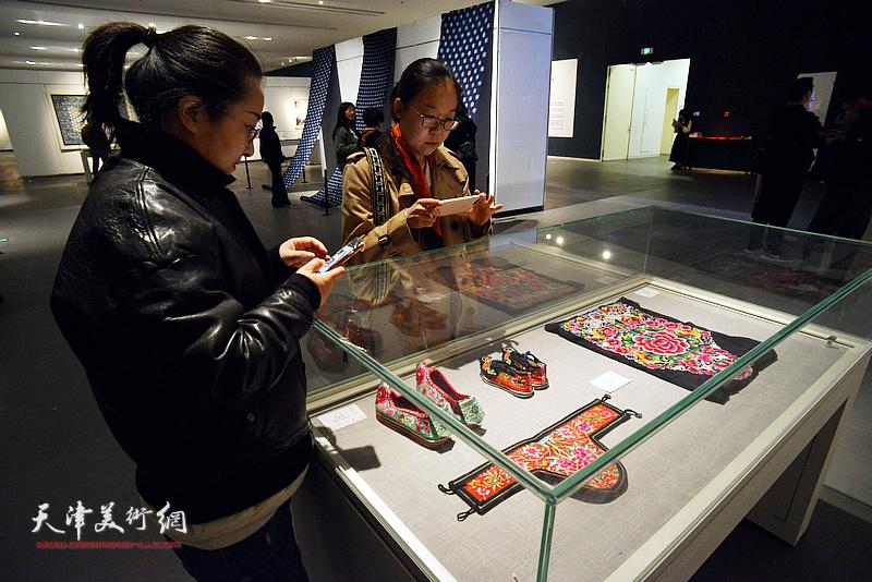 商毅在展览现场观看展品。
