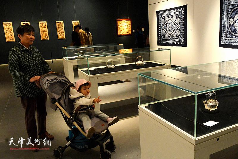 """国家艺术基金""""白族传统工艺美术作品巡展""""现场。"""