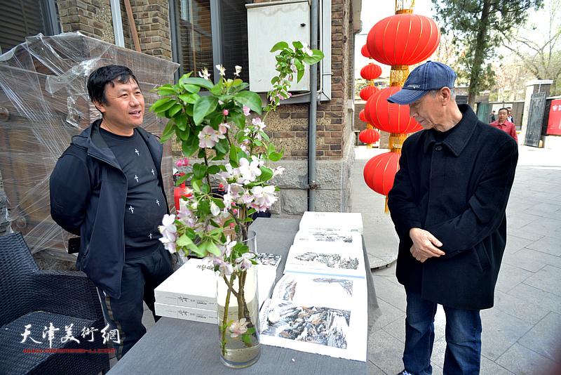 曹恩祥、王惠明在书画特展现场。