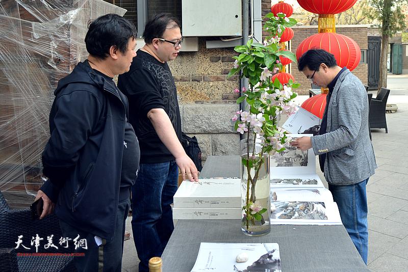 朱兆煜、李金鹏、王惠明在书画特展现场。