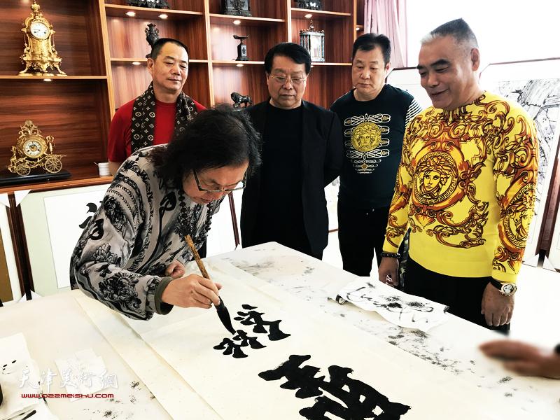 书法家陈栋琨先生与胡玉林、王树江、牛联谊、林德谦、石玉华在交流活动现场。