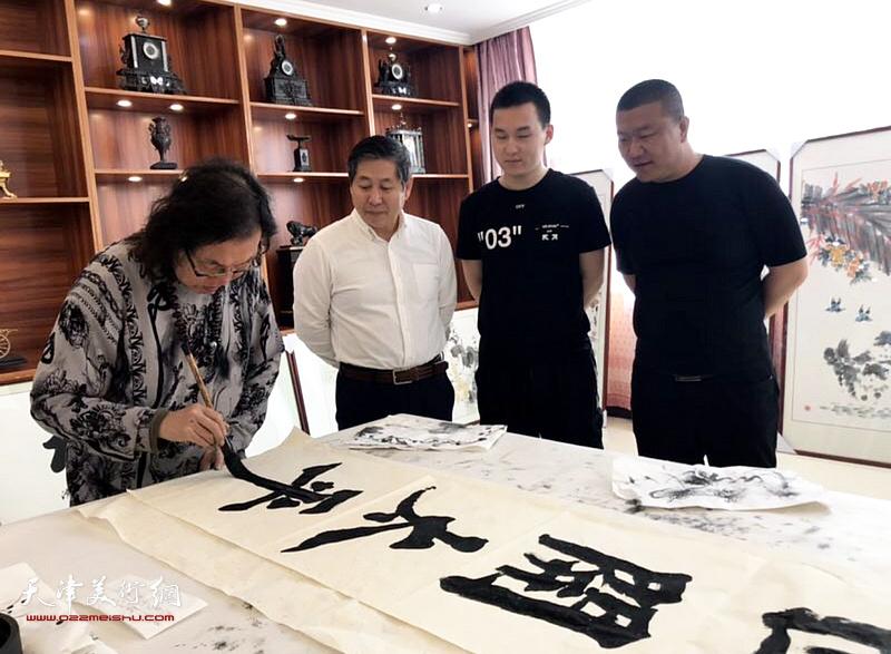 书法家陈栋琨先生与商华山、唐光乐、于宝帅在交流活动现场。