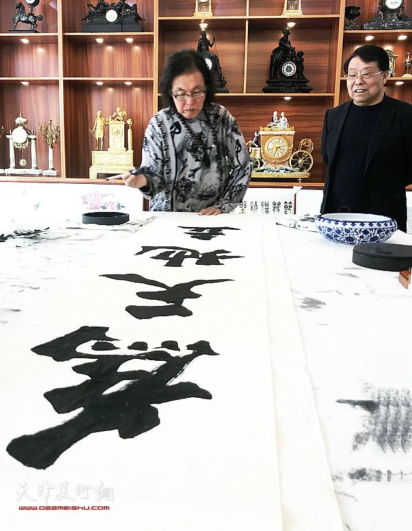书法家陈栋琨先生与胡玉林在交流活动现场。