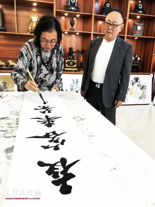 书法家陈栋琨先生与王之英在交流活动现场。