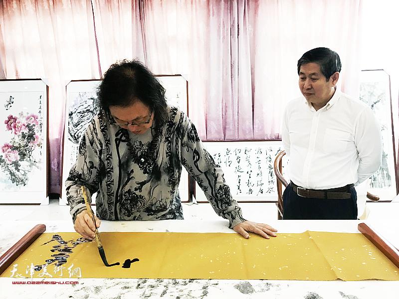 书法家陈栋琨先生与商华山在交流活动现场。