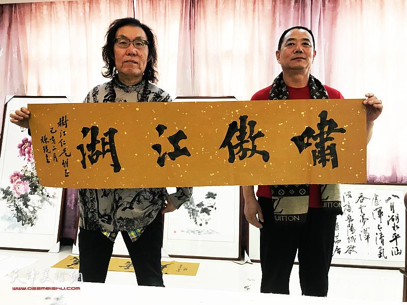 书法家陈栋琨先生与王树江在交流活动现场。