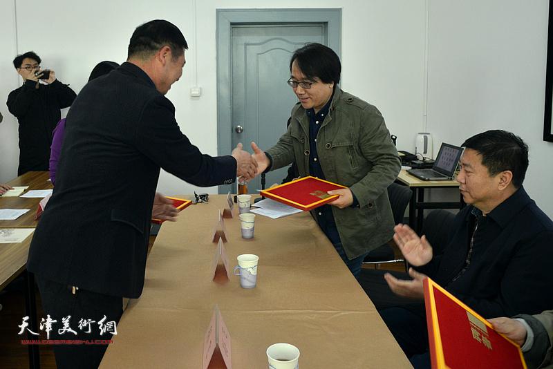 马天众向张晓彦颁发静海书画院学术顾问证书。
