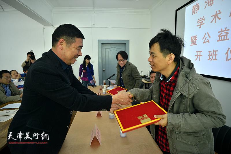 马天众向杨海涛颁发静海书画院学术顾问证书。