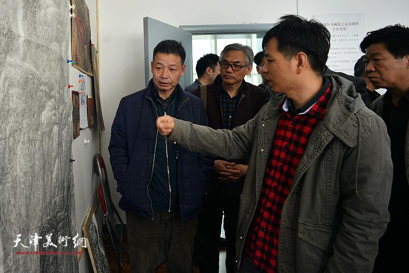 杨海涛在静海书画院点评作品。