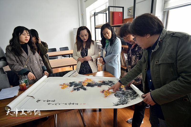 张晓彦在静海书画院点评作品。