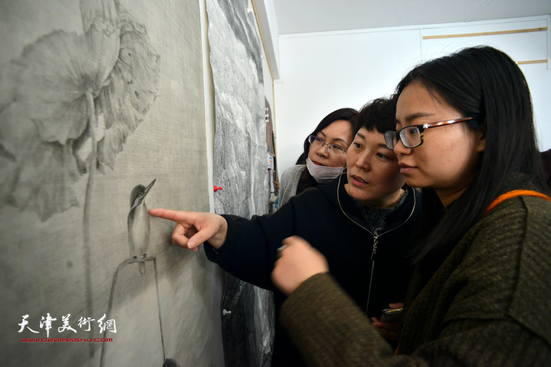 静海区的青年画家们切磋交流作品。