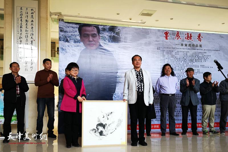 李寅虎向菏泽市图书馆赠送作品《鼓瑟》。
