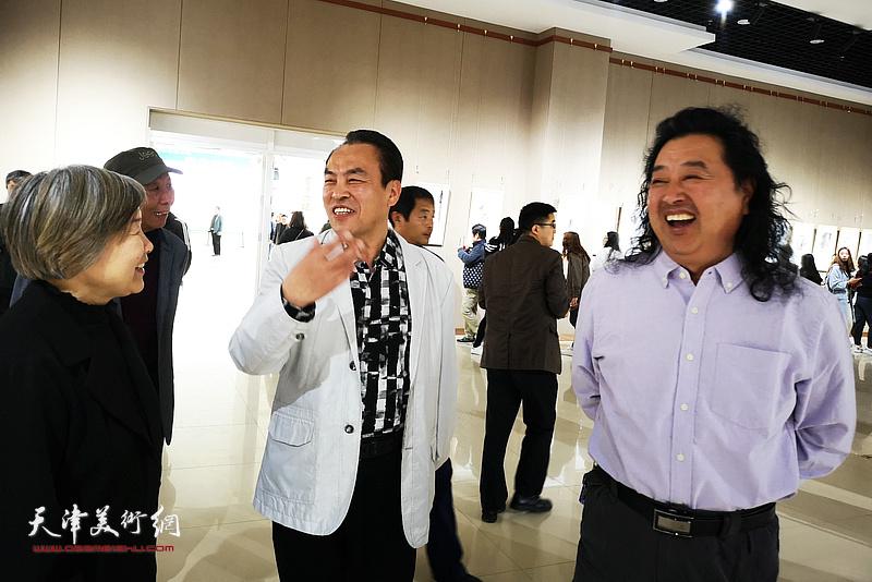 李寅虎与上官超英、周倩在画展现场。