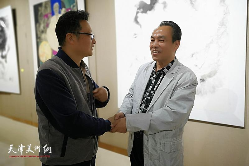 李寅虎与嘉宾在画展现场。