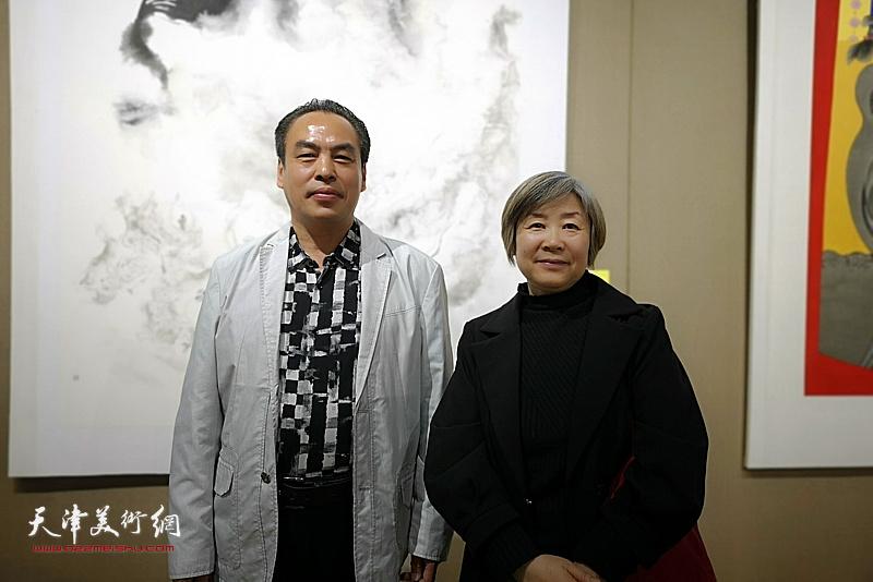 李寅虎与周倩在画展现场。