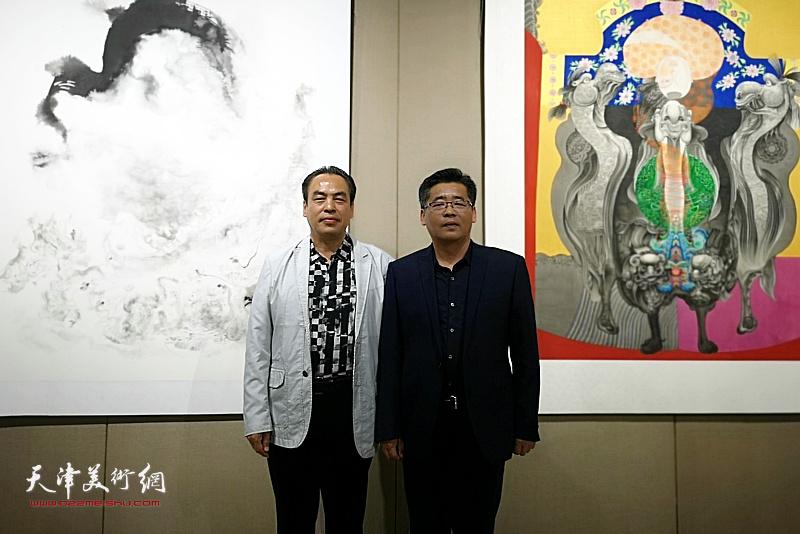 李寅虎与姜卫国在画展现场。