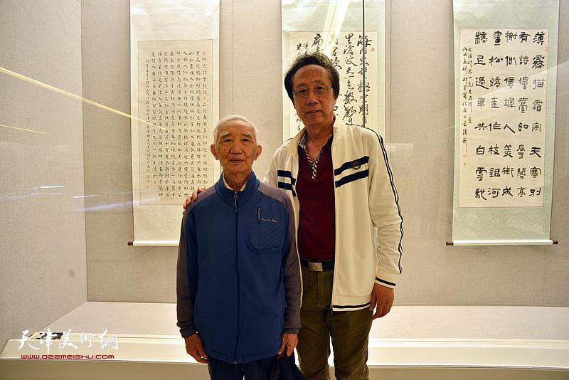 毕开文、李文祥在展览现场。