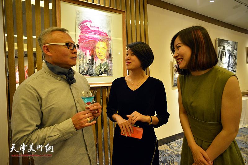 张俊国与嘉宾在活动现场交流。