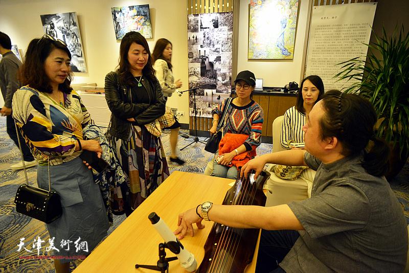 钟一凌、贞颐与嘉宾在活动现场交流。