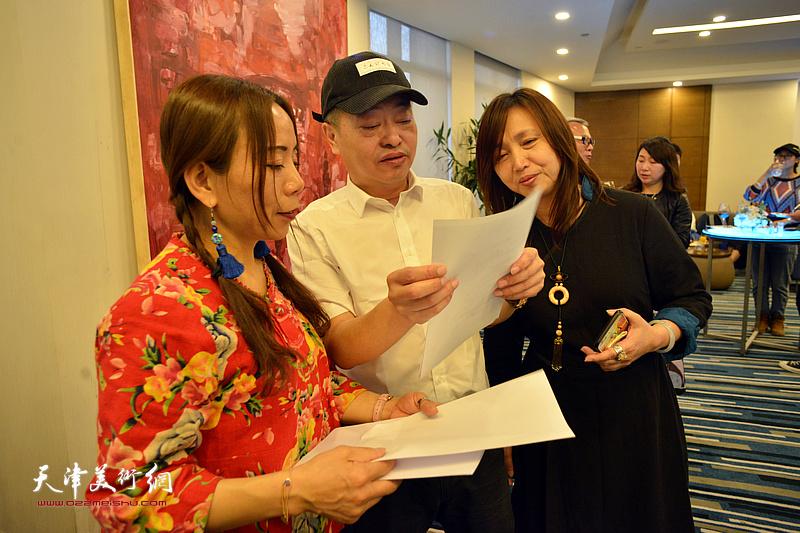 淋子、蔡芷羚听李秋荣讲解写给秀夫、淋子的诗歌。