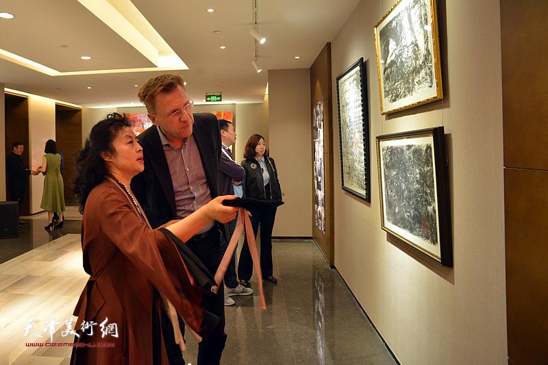 张蓓荔观赏展出的画作。