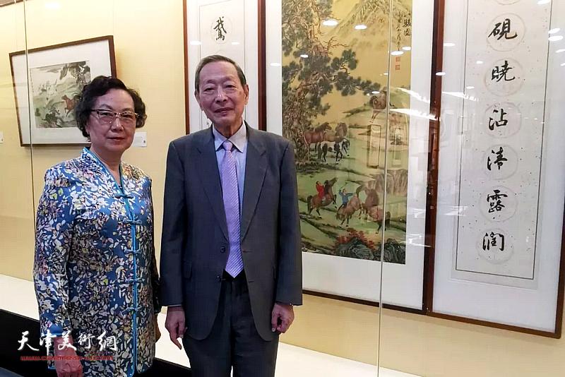 杨天石、爱新觉罗・毓仑在画展现场。