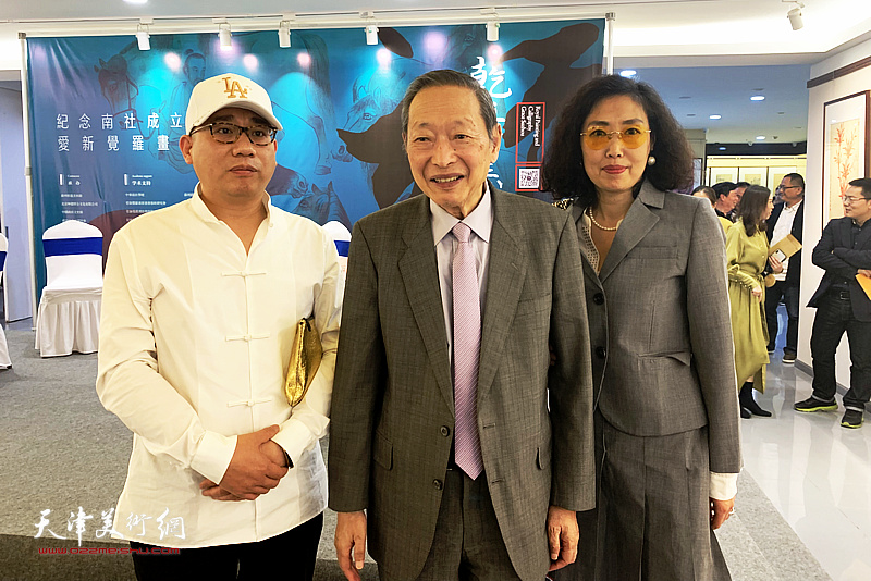 杨天石、爱新觉罗・恒鑫、张超在画展现场。
