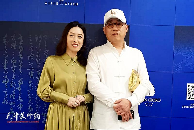 爱新觉罗・恒鑫与彬龙美术馆馆长钱西姿在品牌生活应用设计手稿展现场。