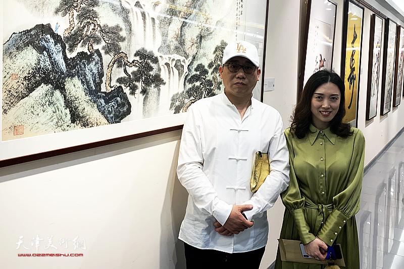 爱新觉罗・恒鑫与彬龙美术馆馆长钱西姿在画展现场。