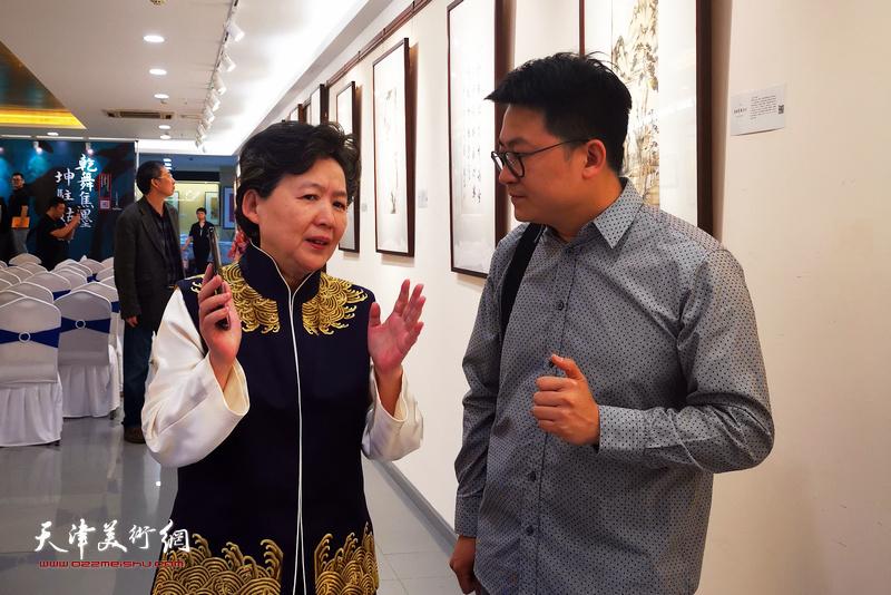 爱新觉罗・毓紫薇、爱新觉罗・伯骧在画展现场。