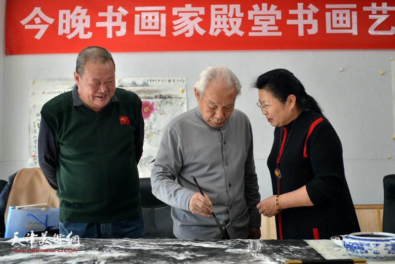 """纪振民与弟子马孟杰、张芝琴在今晚文化""""诗情画意""""栏目。"""