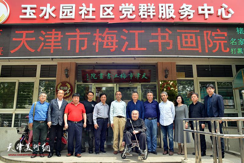 孙伯翔先生与部分弟子在梅江画院。