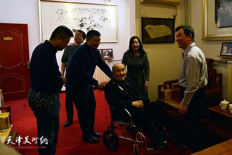 孙伯翔先生与刘开基、窦宝铁、孙建中、崔希鹏、罗玉兰在梅江画院。