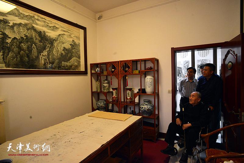 孙伯翔先生在梅江画院。