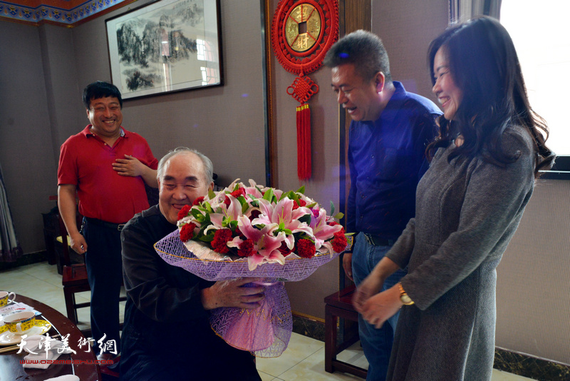 孙伯翔先生与崔希鹏、罗玉兰在雅集现场。