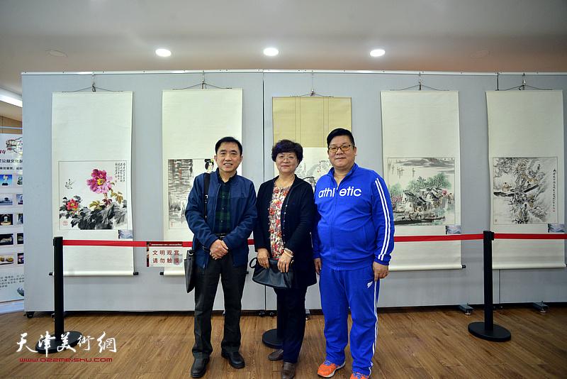 洪琴英、王文元、张福来在展览现场。