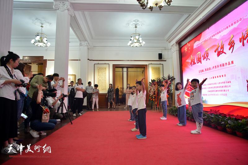 展览开幕之前,天津电视台多派少儿艺术中心艺术团的小演员们现场表演。