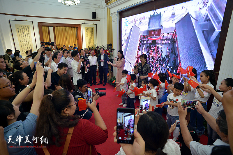 展览体育app万博仪式后,现场来宾一同参与主题为《歌唱祖国》的快闪活动。