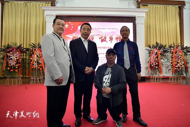 高玉葆、王冠峰、陈幼白、卢东升在展览现场。