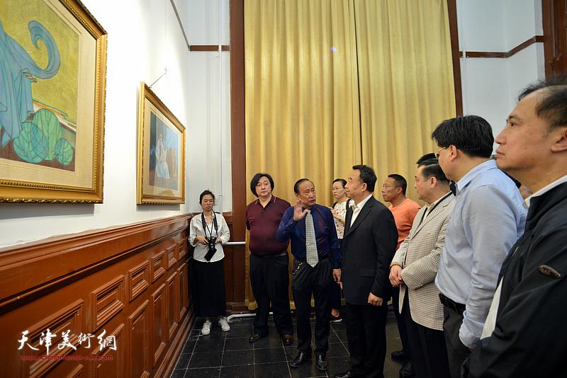 高玉葆、王冠峰、陈幼白在展览现场观看作品。