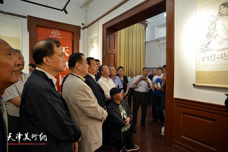 高玉葆、王玉佩、汤洪、王冠峰、陈幼白、卢东升在展览现场观看作品。