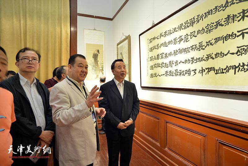 高玉葆、汤洪、王冠峰在展览现场观看作品。