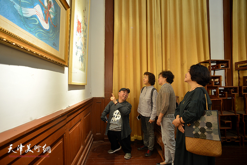 卢东升为少年宫学画的启蒙老师介绍展品。