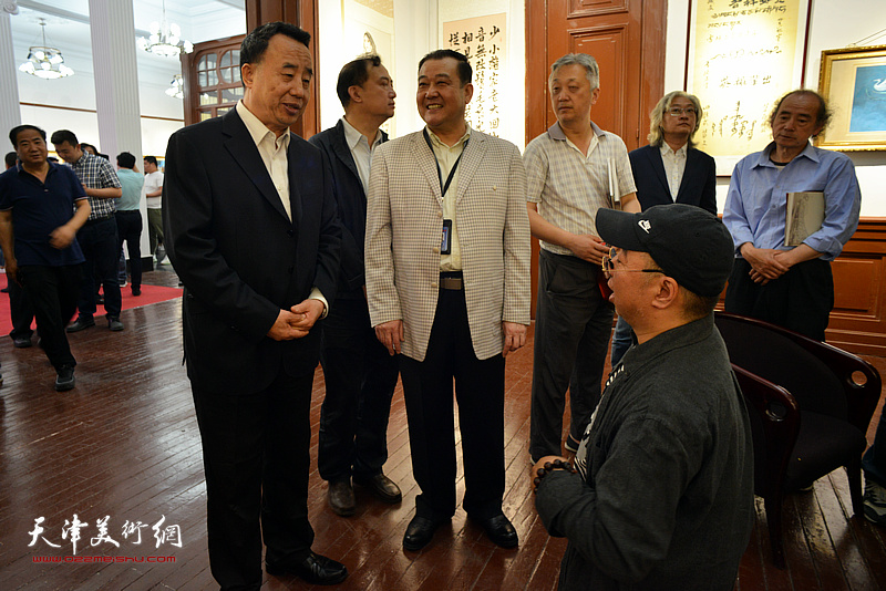 高玉葆与卢东升在展览现场亲切交谈。